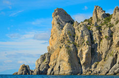 Nuages sur un ciel bleu, les belles montagnes rocheuses sur les rivages de la Mer Noire en Crimée Photographie stock