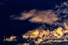 Nuages teintés roses de cumulus et de plume contre le ciel bleu égalisant de coucher du soleil photographie stock