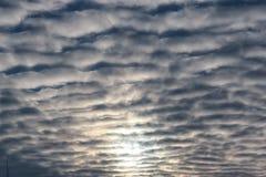 Nuages texturisés dans le ciel bleu Image stock