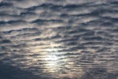 Nuages texturisés dans le ciel bleu Image libre de droits