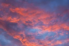 Nuages vibrants au coucher du soleil Photos stock