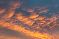 Nuages vifs ardents de ciel de coucher du soleil photos libres de droits
