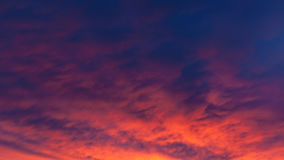 Nuages vifs ardents de ciel de coucher du soleil photo stock