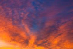 Nuages vifs ardents de ciel de coucher du soleil photographie stock libre de droits
