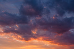 Nuages vifs ardents de ciel de coucher du soleil image libre de droits