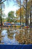 Nuages volant au-dessus du lac bleu en été Photographie stock