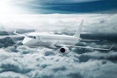 Nuages volants d'avion blanc plus hauts à la journée Photos libres de droits