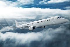 Nuages volants d'avion blanc plus hauts à la journée Image libre de droits