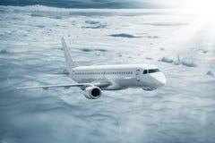 Nuages volants d'avion blanc plus hauts à la journée Photo libre de droits