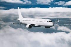 Nuages volants d'avion blanc plus hauts à la journée Photos stock