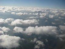 Nuages, vue d'un hublot d'un avion Images stock