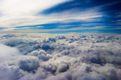 Nuages vus d'un avion, soleil, fond de sol Photos stock