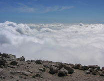 Nuages vus du haut de la montagne Photographie stock libre de droits