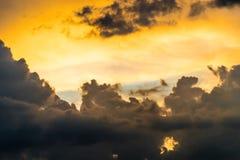 Nuageux fort dans le coucher du soleil de ciel Image libre de droits