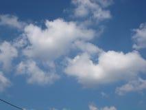 Nuageux sur le fond de ciel bleu Photographie stock libre de droits