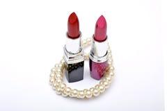 Nuances de rouges à lèvres avec la perle d'isolement sur le blanc Photo libre de droits