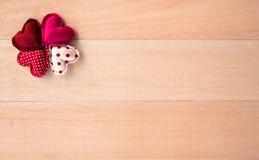 Nuances des coeurs heureux rouges de valentine d'amour avec le fond de l'espace Image libre de droits