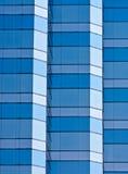 Nuances en verre du bâtiment trois de bleu photo libre de droits