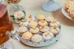 Nuances sensibles de petits gâteaux de mariage Image libre de droits