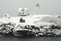 Nubblefyren exponerar rött i häftig snöstormsnöstorm i Maine royaltyfri bild