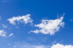 Nube bianca in cielo blu Fotografia Stock Libera da Diritti