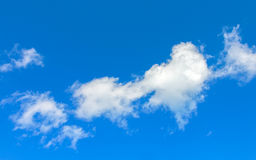 Nube bianca in cielo blu Fotografia Stock