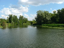 Nube bianca sopra il fiume del terreno boscoso immagini stock libere da diritti