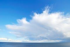 Nube bianca spettacolare sopra il mare Immagine Stock