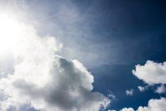 Nube blanca con el fondo del cielo azul en día agradable Fotos de archivo