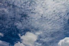Nube blanca con el fondo del cielo azul en día agradable Foto de archivo libre de regalías