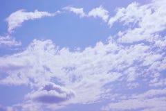 Nube blanca en el cielo azul Fotos de archivo