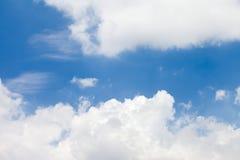 Nube blanca en el cielo azul Imagen de archivo libre de regalías