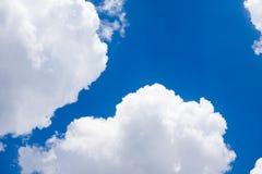 Nube blanca en el cielo azul Fotografía de archivo