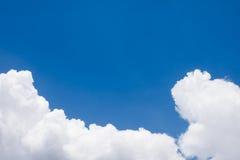 Nube blanca en el cielo azul Imágenes de archivo libres de regalías