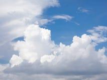 Nube blanca en el cielo azul Foto de archivo