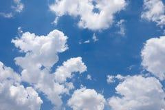 Nube blanca en el cielo azul Imagenes de archivo