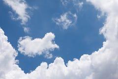 Nube blanca en el cielo azul Fotos de archivo libres de regalías