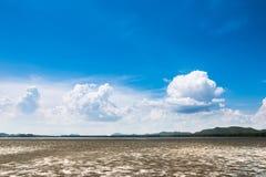 Nube blanca y cielo azul Foto de archivo