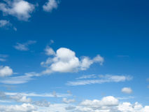 Nube blanca y cielo azul Fotos de archivo libres de regalías