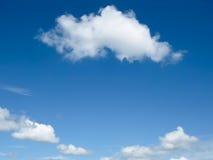 Nube blanca y cielo azul Imágenes de archivo libres de regalías