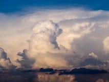 Nube blanca y cielo azul Foto de archivo libre de regalías