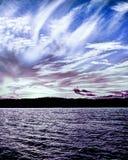 Nube blanca y de la lila pacífica tranquila de cirro, puesta del sol costera s foto de archivo libre de regalías