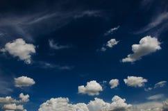 Nube blanca y forma en cielo azul Fotos de archivo libres de regalías