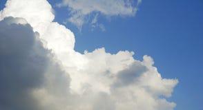 Nube blanca y gris mullida contra el cielo azul Fotos de archivo libres de regalías