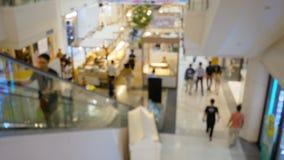 Nube borrosa abstracta del fondo de la gente que se mueve en la alameda de compras metrajes