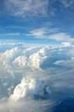Nube brillante blanca con el cielo azul Imagen de archivo libre de regalías