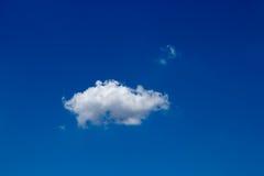 Nube con cielo blu Immagine Stock