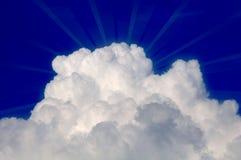 Nube con los rayos de Sun en cielo azul Foto de archivo libre de regalías