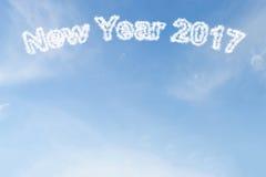 Nube de la Feliz Año Nuevo 2017 en el cielo azul Imagenes de archivo