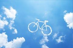 Nube de la forma de la bicicleta en el cielo azul Foto de archivo libre de regalías